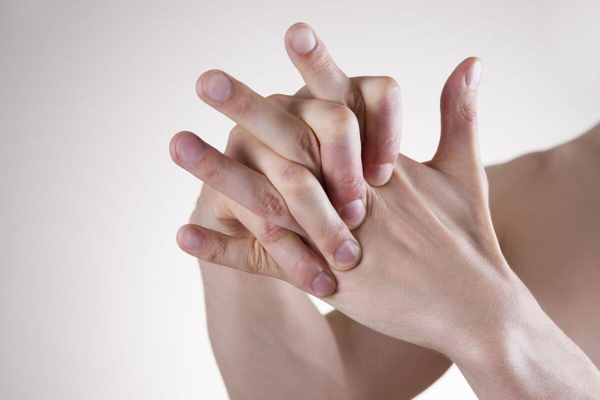 Mida teha, kui liigesed sormedele haiget Liigend liigub kapoti