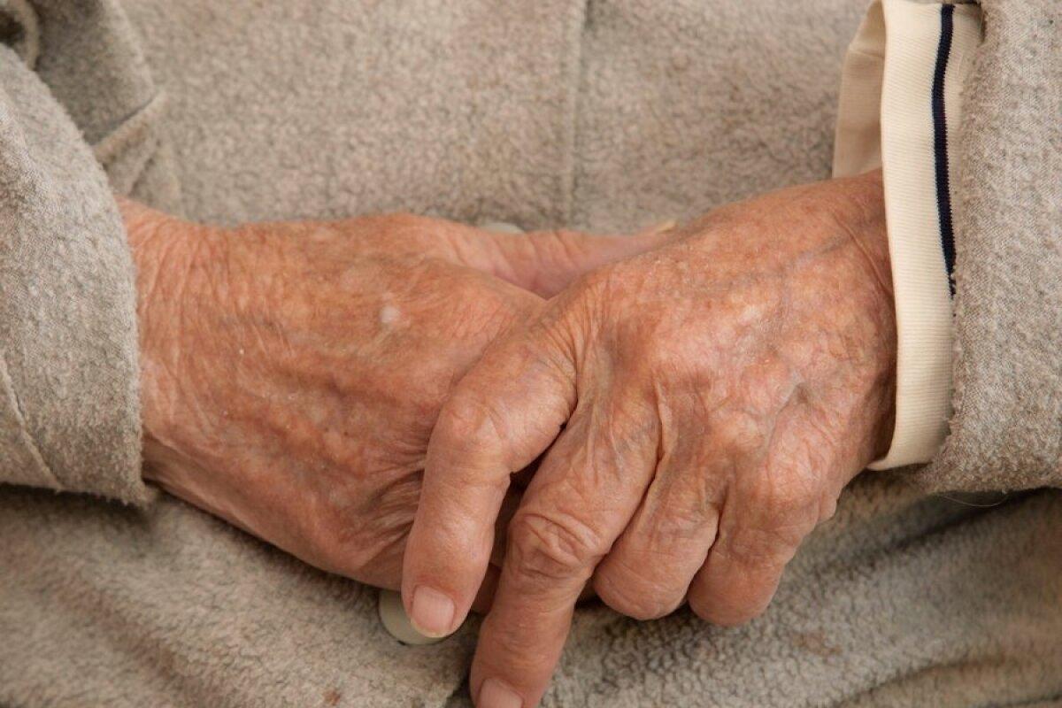 Mida teha, kui liigesed sormedele haiget Press Hurt Spin